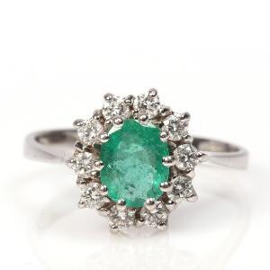 Smaragd- og diamantring af 14 kt. hvidguld prydet med facetslebet smaragd omkranset af talrige brillantslebne diamanter. Str. 54
