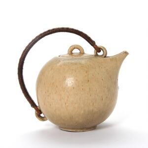 Eva Stæhr-Nielsen Tekande af stentøj, dekoreret med lys brun glasur. Hank beviklet med flet. Stemplet monogram EW, 63 II Saxbo. H. inkl. hank 19,5.