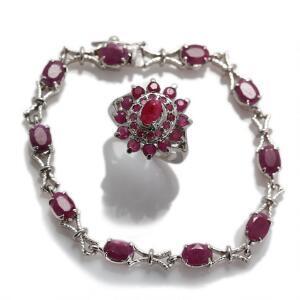 Rubinsmykkesæt bestående af armbånd og ring af sterlingsølv, ring prydet med talrige runde og oval facetsleben rubin, armbånd prydet med ovale rubiner. 2
