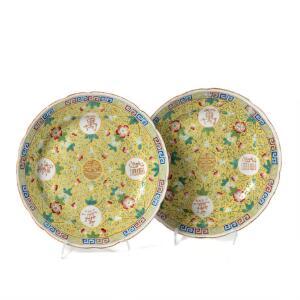 Et par kinesiske famille rose tallerkener på gul grund. Guangxu 1874-1908. Diam. 23 cm. 2