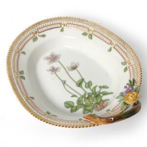 Flora Danica asiet af porcelæn dekoreret i farver og guld med blomster. Nr. 3540. Royal Copenhagen. L. 22 cm.