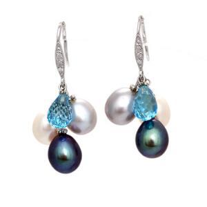 Et par perle- og turkisørestikker af 14 kt. hvidguld hver prydet med ferskvands kulturperler facetslebet turkis samt enkeltslebne diamanter. L. ca. 3 cm.