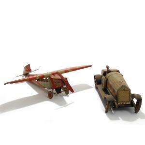 Legetøjsbil samt flyvemaskine af bemalet blik. Tyskland 1920erne. Bil L. 52. Fly L. 58. 2