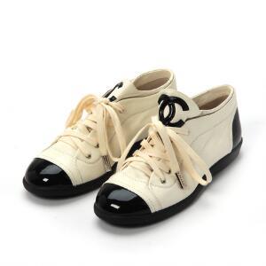 212561a1186c Chanel Et par hvide sneakers af læder med monogram. Sorte detaljer af lak  på hæl