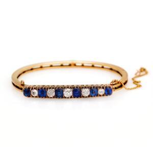 Safir- og diamantarmbånd prydet med facetslebne safirer og brillantslebne diamanter med ældre slibning. Kan ændres til broche. 14 karat guld. Diam. ca. 6 cm.