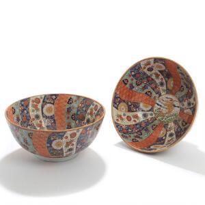 Et par kinesiske skåle af porcelæn, dekorerede i emaljefarver med karper og blomster. Mærket. 20. årh. H. 14. Diam. 30. 2