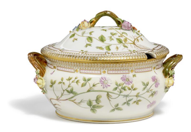 """""""Flora Danica"""" porcelain tureen. 3558. Royal Copenhagen. L. 31 cm."""