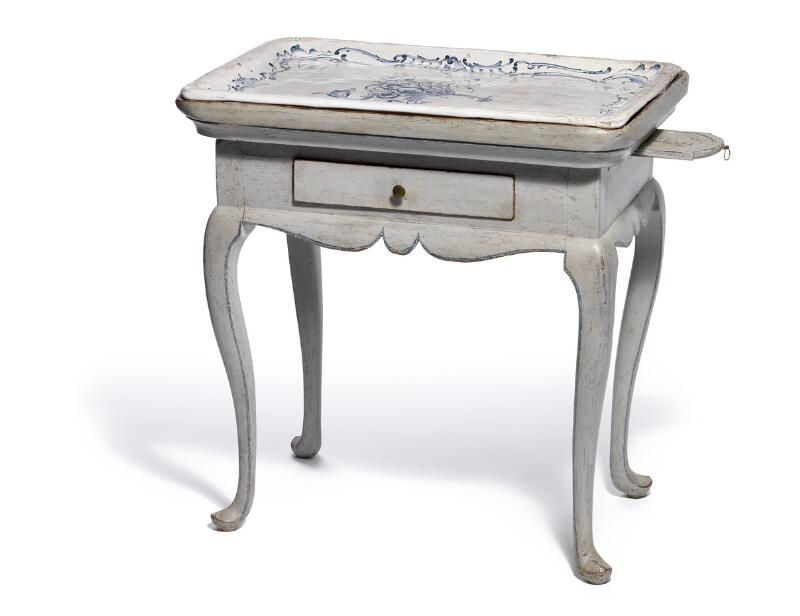 A Schleswig faience tray table-top, decorated in underglaze blue.