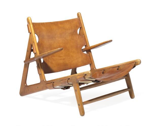 """Børge Mogensen: """"Jagtstolen"""". Yderst sjælden lænestol af røget, massiv eg. Udspændt med originalt kernelæder. Prototype."""