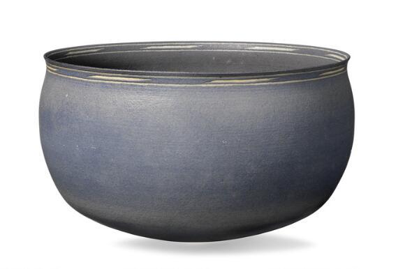 Alev Ebüzziya Siesbye: A large circular stoneware bowl. Decorated with greyish blue glaze. Diam. 33-34 cm.