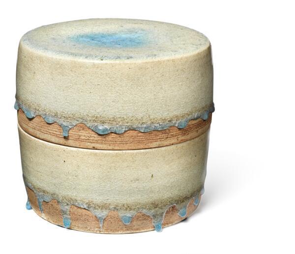 Gertrud Vasegaard: A round stoneware lid jar. Decorated with transparent bluish green drip glaze. H. 19.7 cm. Diam. 22 cm.