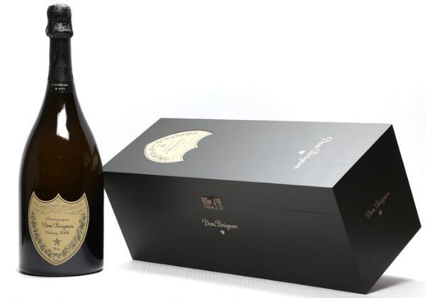 1 bt. Dmg. Champagne Dom Pérignon, Moët et Chandon 2008 A (hf/in). Owc.